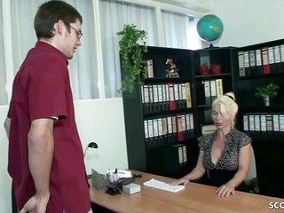 German Step Mom - DEUTSCHE MUTTER HILFT JUNGFRAU STIEF SOHN BEI ERSTEN SEX